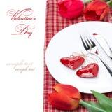 Festlig tabellinställning för valentin dag med blommor som isoleras Fotografering för Bildbyråer