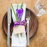 Festlig tabellinställning med blomman och det tomma kortet Fotografering för Bildbyråer