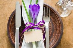 Festlig tabellinställning med blomman och det tomma kortet Royaltyfri Foto