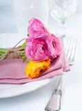 Festlig tabellinställning med blommor Fotografering för Bildbyråer