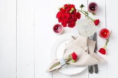 Festlig tabellinställning med röda rosor Royaltyfri Bild