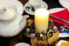 Festlig tabellinställning med stearinljus, levande ljusmatställe arkivfoto