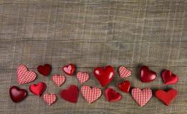Festlig träbakgrund med röd vit kontrollerade hjärtor för chri Royaltyfri Foto