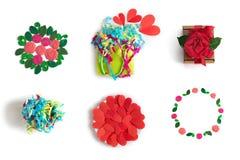 Festlig uppsättning av beståndsdelblommahjärtor som förpackar vit isolerad bakgrund för gåvabukettkonfettier arkivfoto