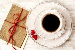 Festlig uppsättning för kaffe för dag för valentin` s med hälsningkortet Royaltyfria Foton
