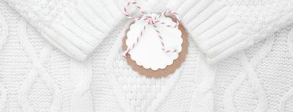 Festlig vit stack vintertröjan med en etikett för lyckönskan vinter för snow för pojkeferielay baner fotografering för bildbyråer