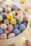 Festliga ägg för chokladpåskgodis royaltyfri bild