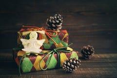 Festliga askar i färgglat papper och en leksakängel royaltyfri bild