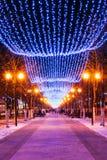 Festliga belysningar för nytt år för jul i stad royaltyfria foton