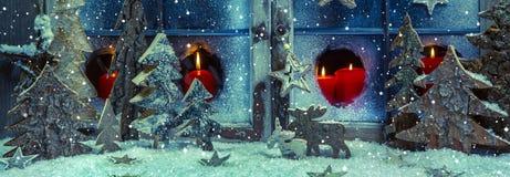 Festliga blått och röd julgarnering med stearinljus och handm Fotografering för Bildbyråer