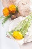 festliga blommor som ställer in tabellen Arkivfoton