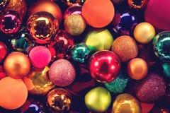 Festliga färgrika julbollar, xmas-garnering arkivfoto