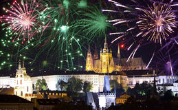 Festliga fyrverkerier över Prague haglar, Prague, Tjeckien Fotografering för Bildbyråer
