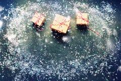 Festliga gåvaaskar för träd med snö på mörk bakgrund Arkivbild