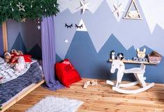 Festliga garneringar för jul, hem- rum för jul barns rum, nytt år arkivbild