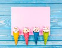 Festliga garneringar med popcorn och sötsaker Kulöra dillandear och spritt popcorn Popcorn i dillandekopp Arkivfoto
