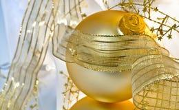festliga guld- livstidsprydnadar fortfarande Arkivbilder