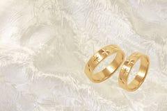 festliga guldcirklar för bakgrund som gifta sig white Royaltyfri Bild