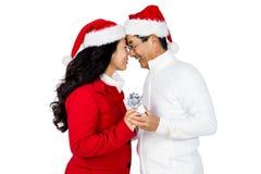 Festliga höga par som utbyter gåvor Royaltyfri Foto