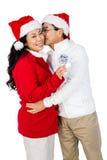 Festliga höga par som utbyter gåvor Arkivfoton