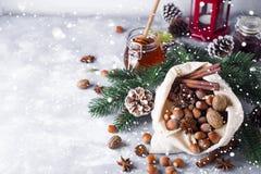 Festliga julmuttrar och kryddor som dråsar från en säckvävpåse Royaltyfria Foton