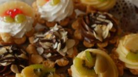 Festliga kakor med naturlig bär och choklad på den festliga tabellen, närbild, frukost stock video