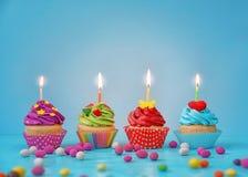 Festliga ljusa muffin med stearinljus Royaltyfri Foto