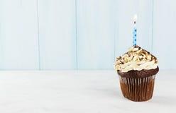 Festliga muffin med en stearinljus Royaltyfria Bilder
