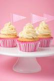 Festliga muffin med glasyr på kaka Arkivbilder