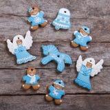 Festliga pepparkakakakor på trätabellen royaltyfria foton