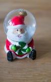 Festliga Santa Snow Globe Royaltyfri Fotografi