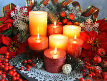 Festliga stearinljus med julpynt Royaltyfri Fotografi