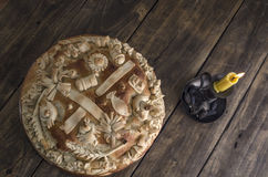 Festligt bakat bröd på träbakgrund royaltyfria foton