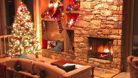 Festligt bedöva skott för ögla för atmosfär för garnering för rum för helgdagsafton för nytt år för julgran av journalvedträbränn stock video