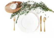 Festligt bröllop, födelsedagtabellinställningen med guld- bestick, eukalyptusparvifoliaen, exponeringsglas av vin och mjölkar kan royaltyfri bild