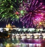 Festligt fyrverkeri över Charles Bridge, Prague, Tjeckien royaltyfri bild