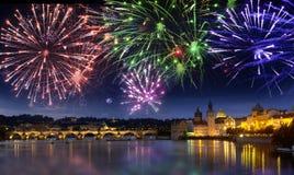 Festligt fyrverkeri över Charles Bridge, Prague, Tjeckien arkivfoton