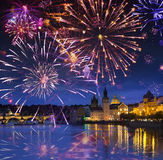 Festligt fyrverkeri över Karl Bridge, Prague, Tjeckien royaltyfria foton