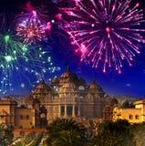 Festligt fyrverkeri över templet Akshardham, Indien delhi arkivbilder