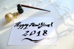 Festligt hälsningkort med det nya året som göras med svart färgpulver på papper Royaltyfri Foto