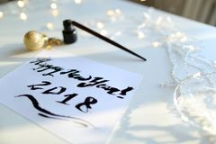 Festligt hälsningkort med det nya året som göras med svart färgpulver på papper Arkivfoto