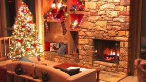 Festligt härligt skott för ögla för atmosfär för garnering för rum för helgdagsafton för nytt år för julgran av journalvedträbrän lager videofilmer