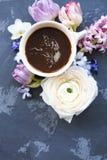 Festligt inbjudankort med härliga blommor och koppen kaffe Arkivbild