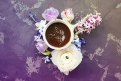 Festligt inbjudankort med härliga blommor och koppen kaffe Royaltyfri Bild