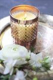 Festligt inbjudankort med härliga blommor och magasinet med bur Royaltyfri Fotografi