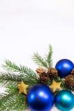 Festligt julkort med blåa bollar Arkivbild
