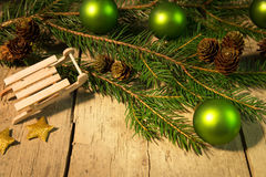 Festligt julkort med gröna bollar Royaltyfri Bild