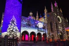 Festligt julpynt på fasader av byggnader i Como, I royaltyfria foton