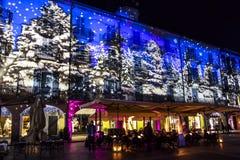 Festligt julpynt på fasader av byggnader i Como, I royaltyfria bilder