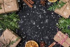 Festligt kort för jul eller för nytt år Sammansättning för vinterferie royaltyfri bild